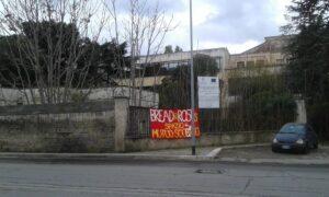 Striscione fuori da Villa Capriati