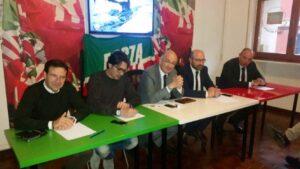 Francesco Paolo Sisto al centro del tavolo all'incontro con la stampa di FI