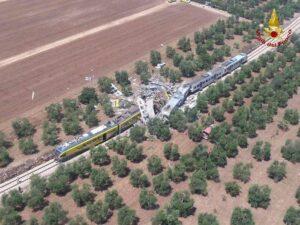 Scontro tra i due treni (foto Vigili del fuoco - Ansa)