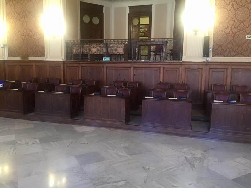 Le sedie dei consiglieri di centrosinistra vuote durante la seduta odierna del Consiglio comunale