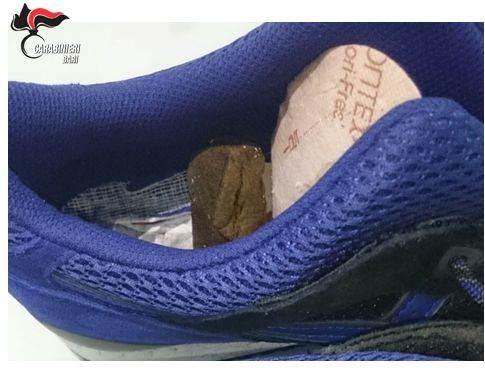 Bari, nascondevano la droga nel plantare delle scarpe: arrestati due pregiudicati