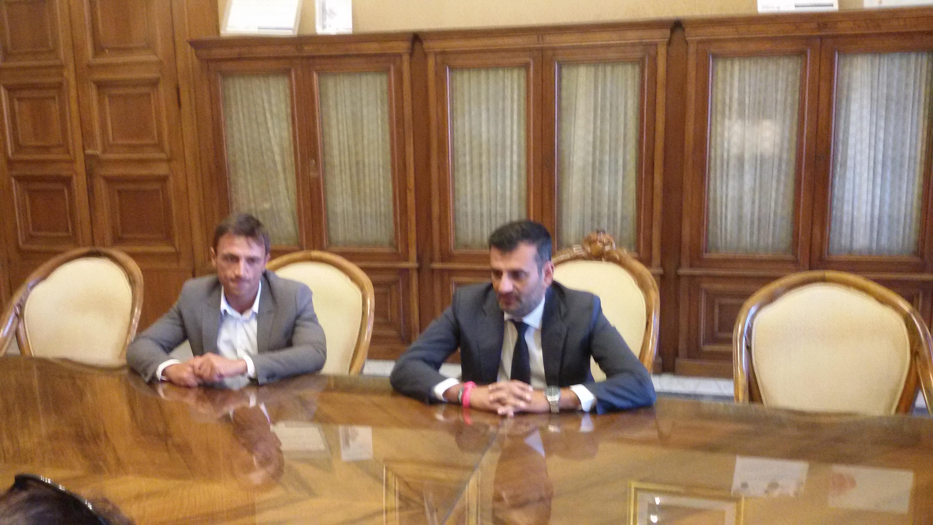 Renzi inaugura un ponte a Bari e cita Checco Zalone