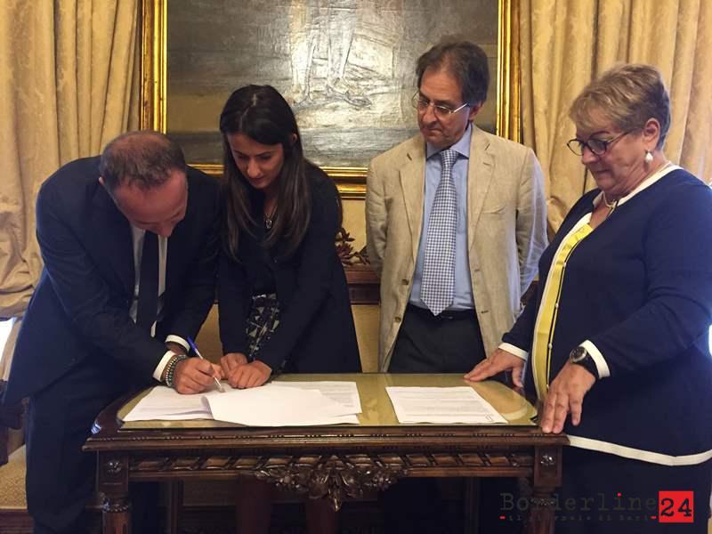 Le firma dell'accordo al Comune