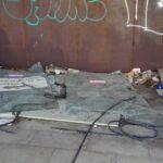 Una delle vetrate rotte