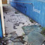 Pavimento e pareti pieni di graffiti