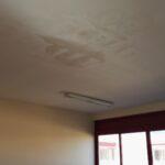 Infiltrazioni in una delle aule. Durante i periodi di pioggia l'acqua gocciola sul pavimento