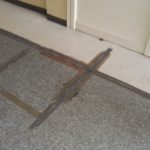 Il pavimento sollevato tenuto insieme dallo scotch