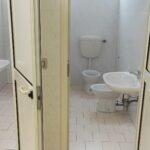 I bagni della succursale, che regolarmente si otturano
