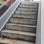 Le scale antincendio ormai arrugginite