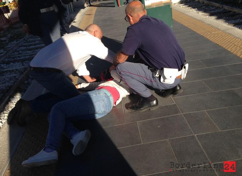 Gli agenti di polizia ferroviaria di Bari prestano soccorso alla ragazza