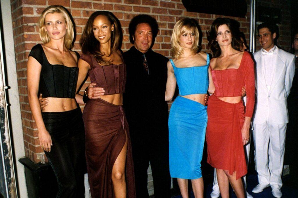 Tom Jones posa con la modella Karen Mulder, Tyra Banks, Eva Herzigova e Stephanie Seymour .