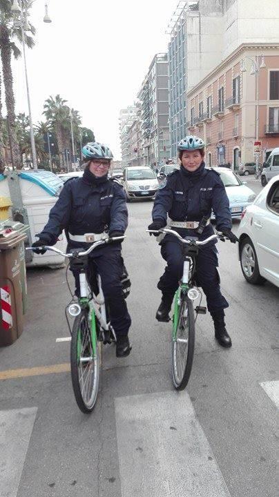 Due degli agenti in bici