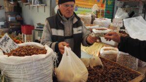 Il banco di frutta secca di Nicola al mercato di Corso Mazzini