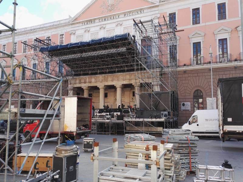 Le operazioni di montaggio del palco per il concerto di Capodanno