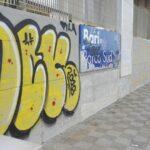 Rifiuti e graffiti all'esterno dell'attraversamento
