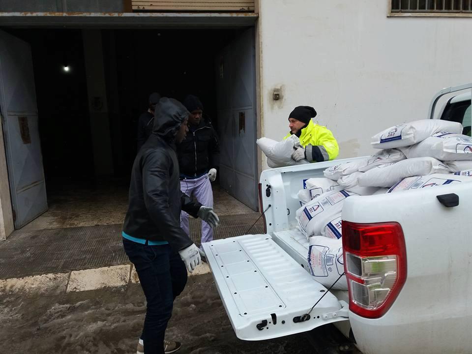 I migranti aiutano la Protezione civile a Gravina
