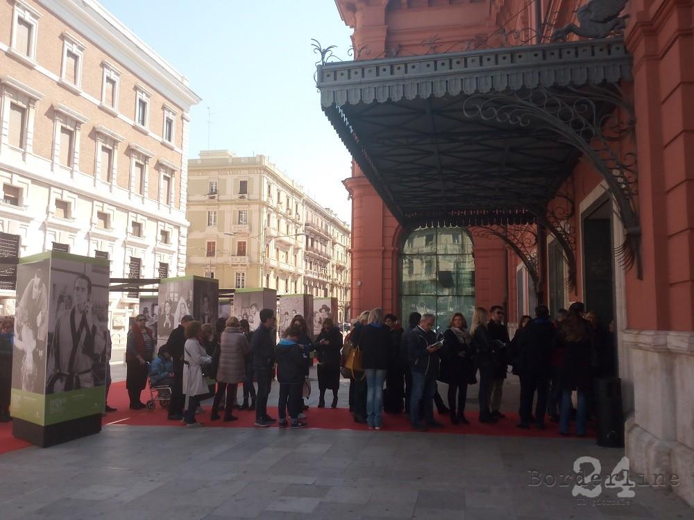 Decine e decine di spettatori in fila per entrare nel Petruzzelli per ascoltare Alessandro Gassmann