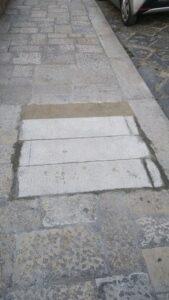 La pavimentazione rattoppata davanti al Castello (foto Comitato Parco del Castello)