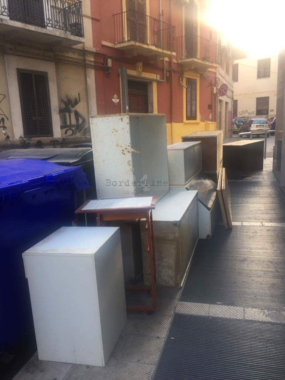Bari, l\'intero arredamento di una casa riversato in strada su via ...