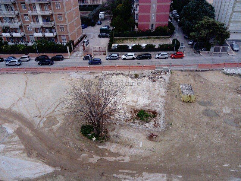 Bari in via tridente lavori in corso per il giardino il - Lavori in giardino ...