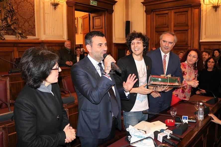Ermal Meta ha ricevuto le chiavi della città di Bari: ecco perchè