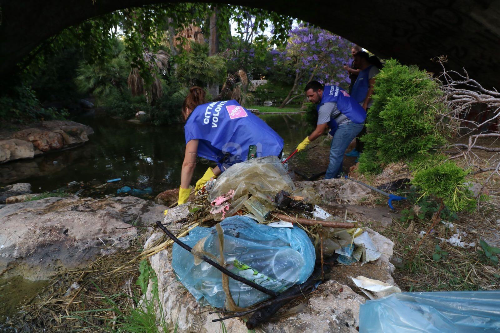 Bari lattine bottiglie e persino giubbotti la pesca for La casa nel laghetto