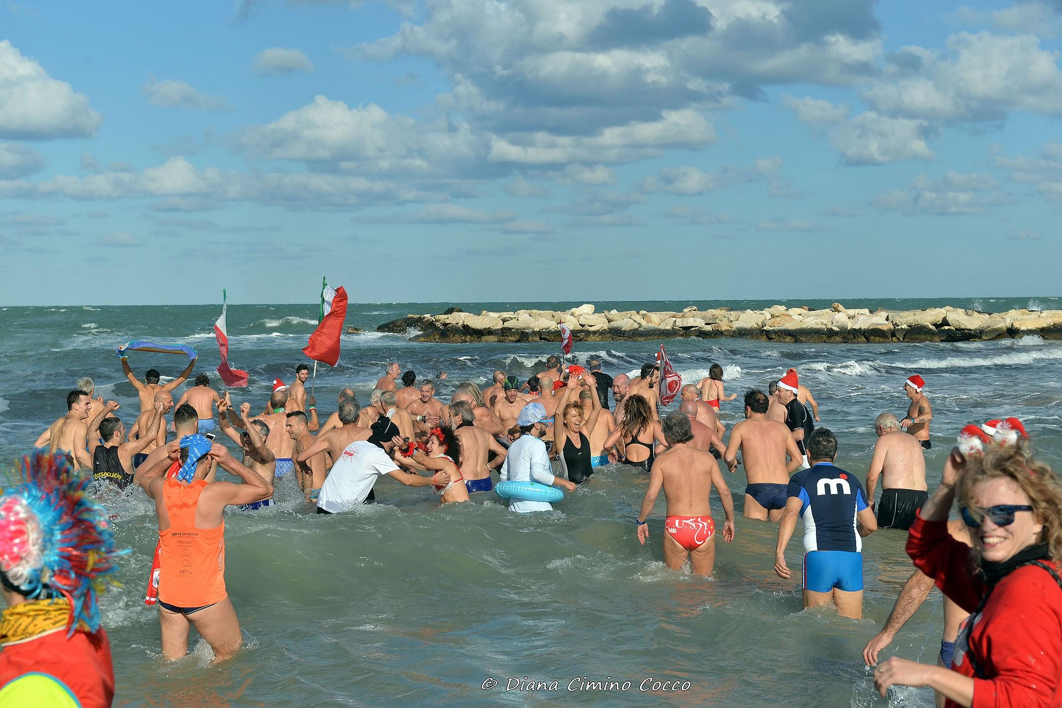 Foto Divertenti Bambini Al Mare bari, in mare il primo gennaio a pane e pomodoro: torna la
